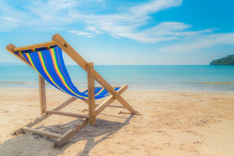Ligstoelen één op het witte zand met blauwe hemel en de zomer overzeese achtergrond De zomer, Vakantie, Reis en Vakantieconcept royalty-vrije stock afbeeldingen