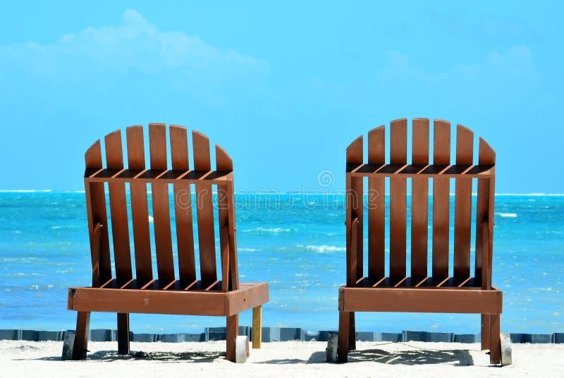 Ligstoelen stock afbeeldingen