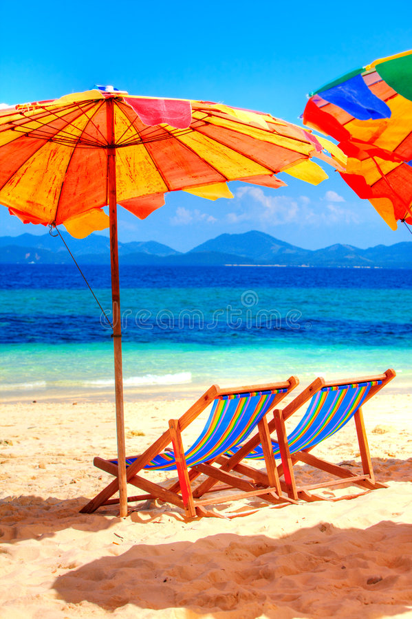 Ligstoelen bij het strand stock foto's