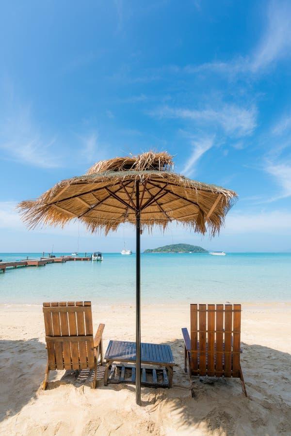 Ligstoelen en Paraplu op de zomereiland in Phuket, Thailand De zomer, Reis, Vakantie en Vakantieconcept royalty-vrije stock foto's