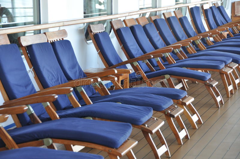 Ligstoelen op een cruiseschip stock foto's