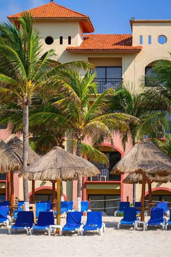 Ligstoelen op het strand van Playacar bij Caraïbische Zee royalty-vrije stock afbeelding
