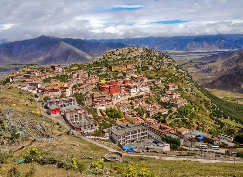 Ligt het Boeddhistische Klooster van Tibetaanse Ganden in een heuvelige natuurlijke amfitheaterbergen en dramatische meningen ove royalty-vrije stock foto's