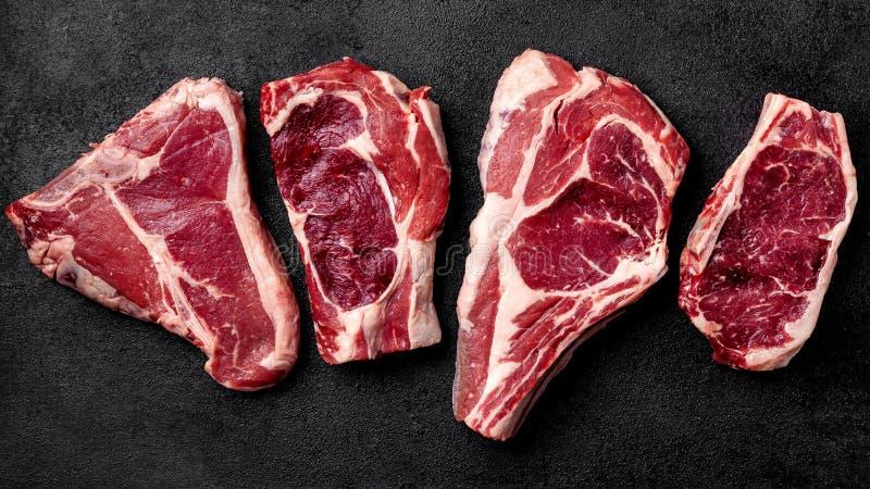 Ligt het vlees ruwe lapje vlees op een zwarte achtergrond Hoogste mening royalty-vrije stock afbeelding