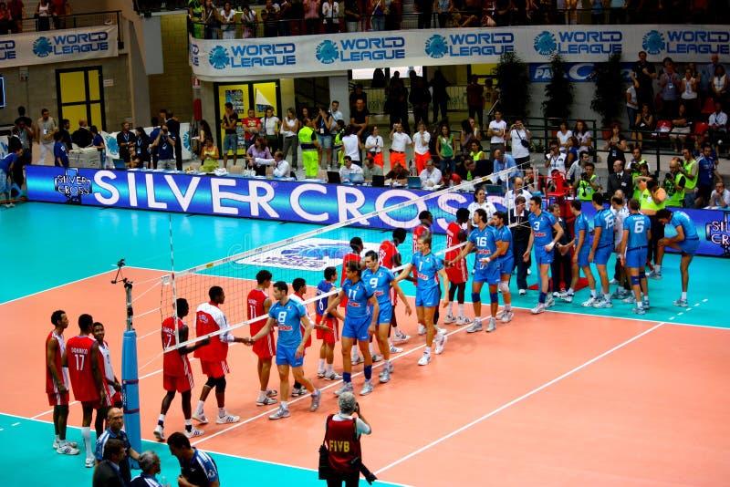 Ligue du monde de volleyball : l'Italie contre le Cuba photographie stock libre de droits