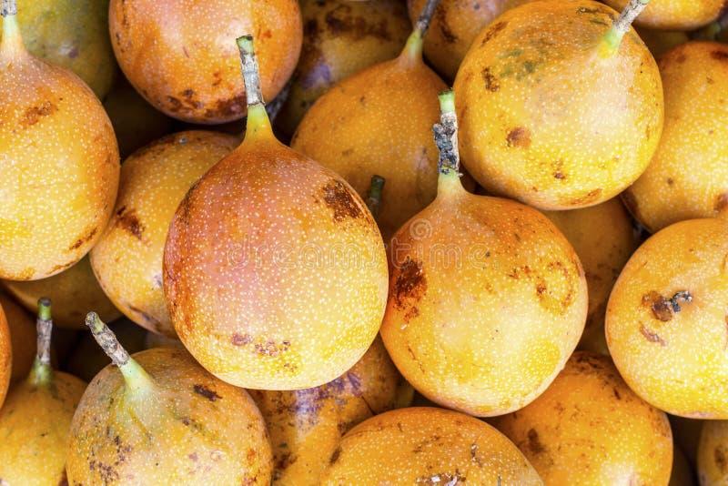 Ligularis della passiflora della granadiglia in un mercato nel Perù, sguardo naturale immagini stock