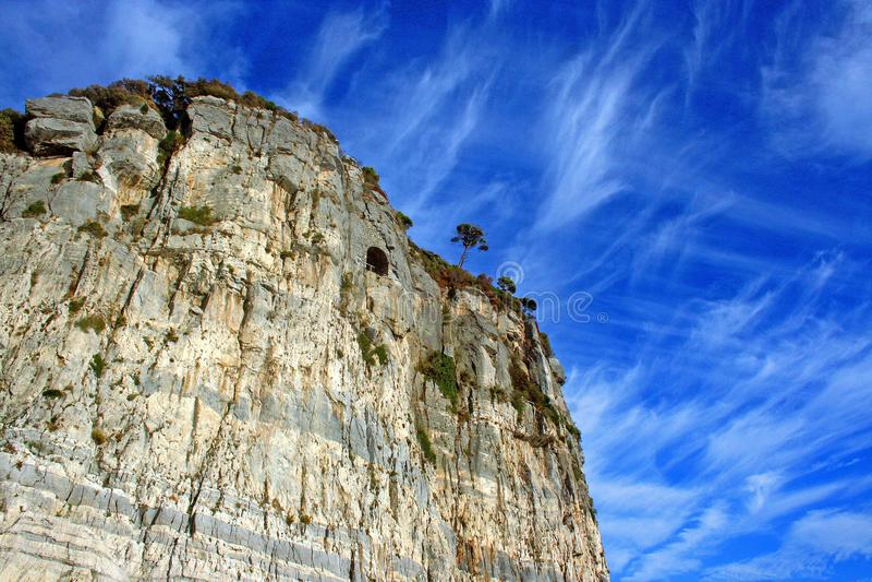 Ligurië: mening van de klippenboot van het Eiland Palmaria en de Ligurian kust met hemel en wolken stock foto's