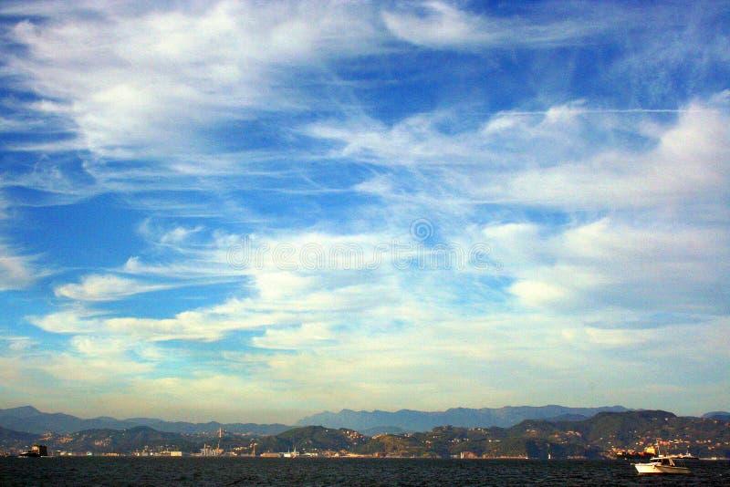 Ligurië: mening van de klippenboot van het Eiland Palmaria en de Ligurian kust met hemel en wolken stock fotografie