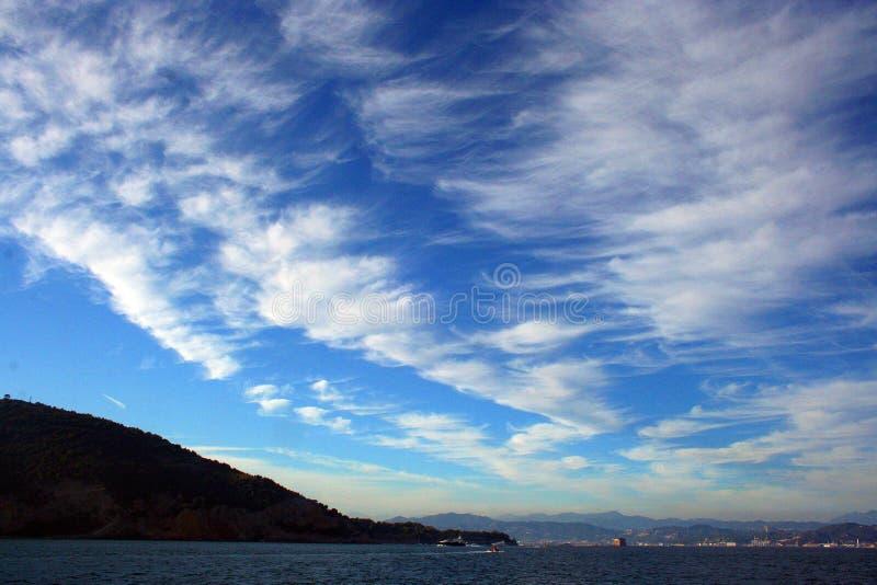 Ligurië: mening van de klippenboot van het Eiland Palmaria en de Ligurian kust met hemel en wolken royalty-vrije stock foto