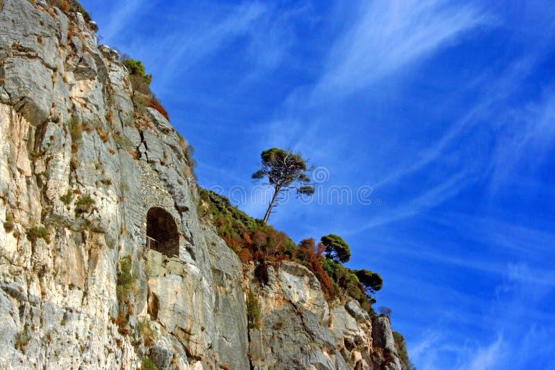 Ligurië: mening van het klippeneiland van Palmaria-eiland met de hemel en de wolken van rotsenbomen royalty-vrije stock fotografie