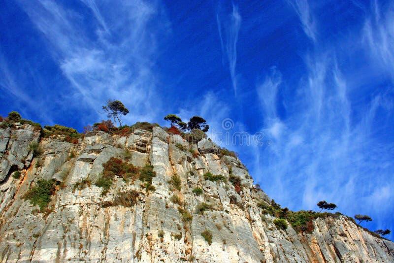 Ligurië: mening van het klippeneiland van Palmaria-eiland met rotsachtige hemelbomen en wolken royalty-vrije stock foto's