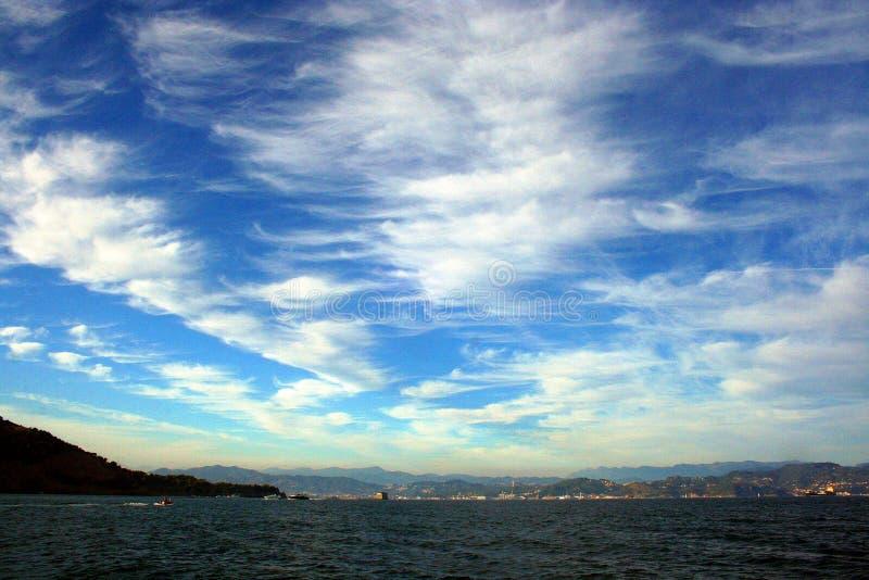 Ligurië: mening van Ligurian kustlijn met bergen overzeese hemel en wolken stock afbeelding