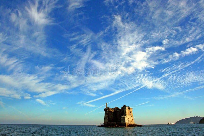 Ligurië: Mening van Ligurian kustlijn met bergen overzeese hemelboot en wolken royalty-vrije stock foto