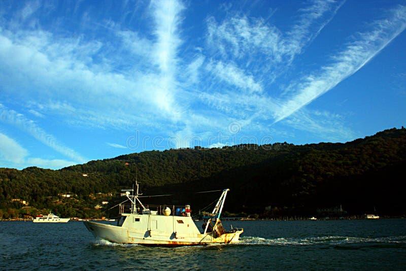 Liguria: Łódź rybacka przed Palmaria wyspą i niebo z chmurami obraz royalty free