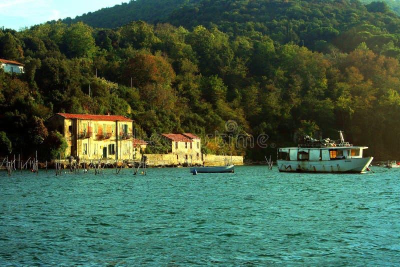 Liguria Barco de pesca de la opinión de Portovenere delante de la isla de Palmaria imagen de archivo