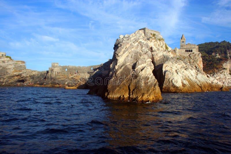 Liguria: kyrkan av Portovenere på klipparockviewen från fartyget i eftermiddagen arkivbild