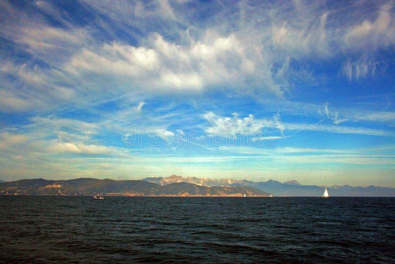 Liguria: widok od falezy łodzi wyspa Palmaria i Liguryjski wybrzeże z niebem i chmurami obraz royalty free