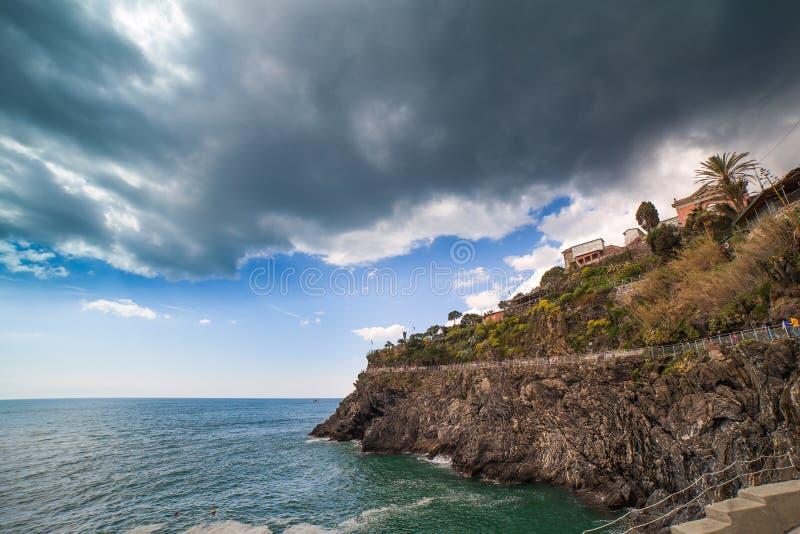 Ligurian overzeese kust bij Manarola-dorp, Italië. stock afbeelding