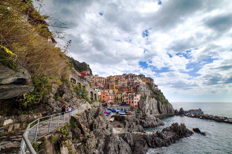 Ligurian overzeese kust bij Manarola-dorp, Italië. stock foto's