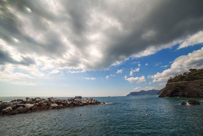 Ligurian overzeese kust bij Manarola-dorp, Italië. stock afbeeldingen