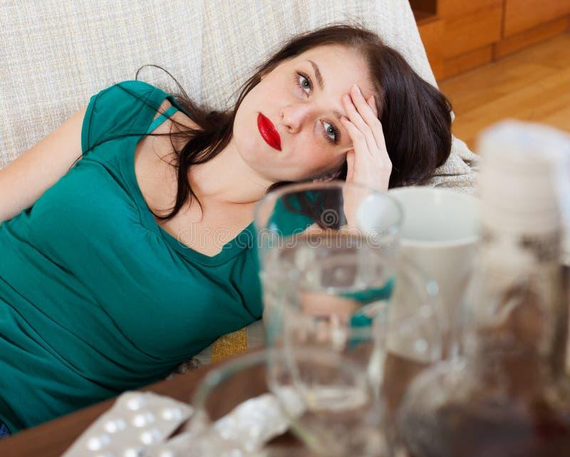 Lijdend aan vrouw die kater hebben stock foto