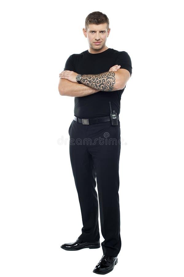 Lijfwacht met tatoegering. Het stellen met gevouwen wapens royalty-vrije stock foto