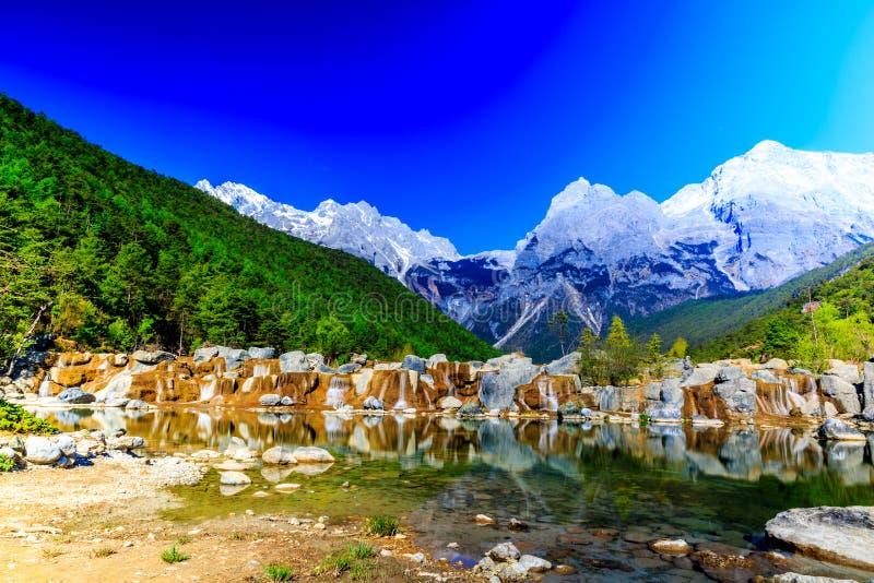 Lijiang: Chabeta smoka śniegu góra obrazy royalty free