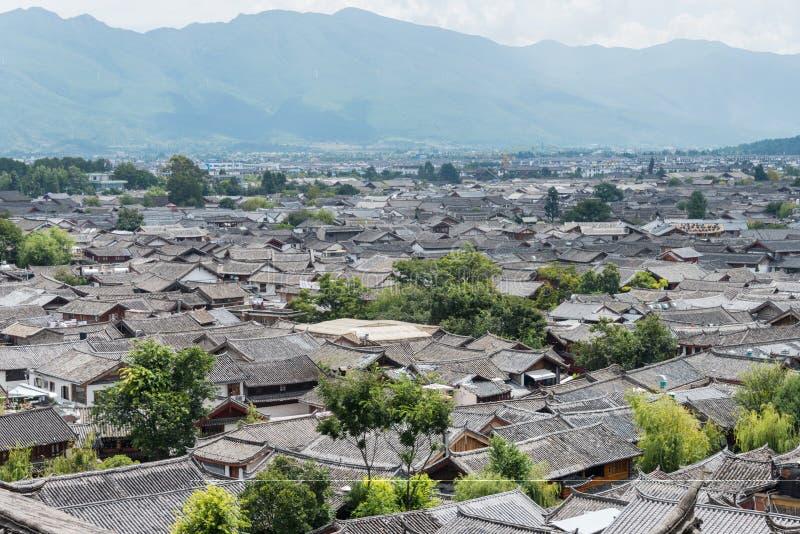 LIJIANG, CHINA - 5 DE SETEMBRO DE 2014: Telhado na cidade velha de Lijiang (UNESCO foto de stock royalty free