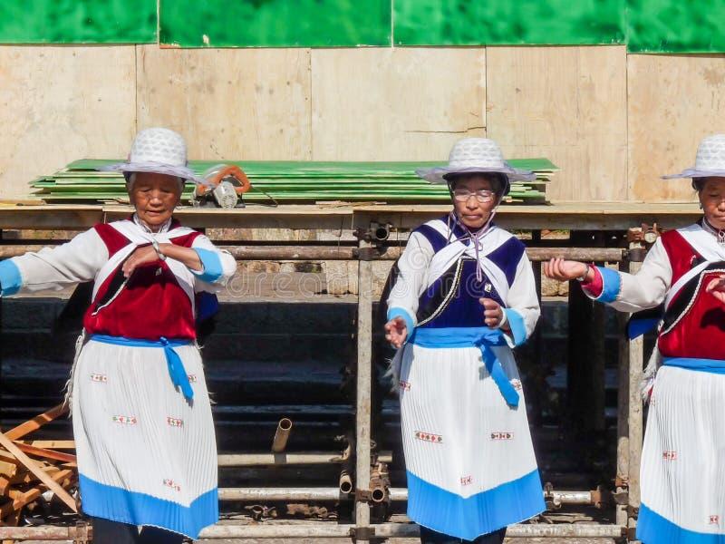 Lijiang, Chine - avril 2009 : Port de femmes de minorité de Naxi de Chinois images libres de droits