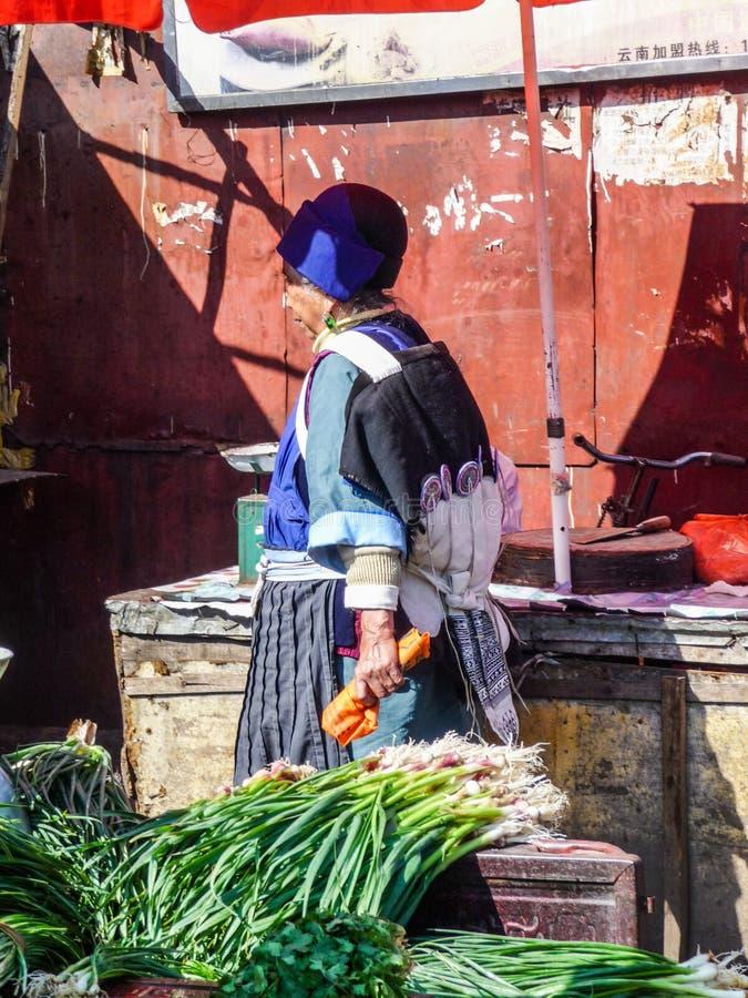 Lijiang, Chine - avril 2015 : Une femme mariée plus âgée de Chines photographie stock libre de droits