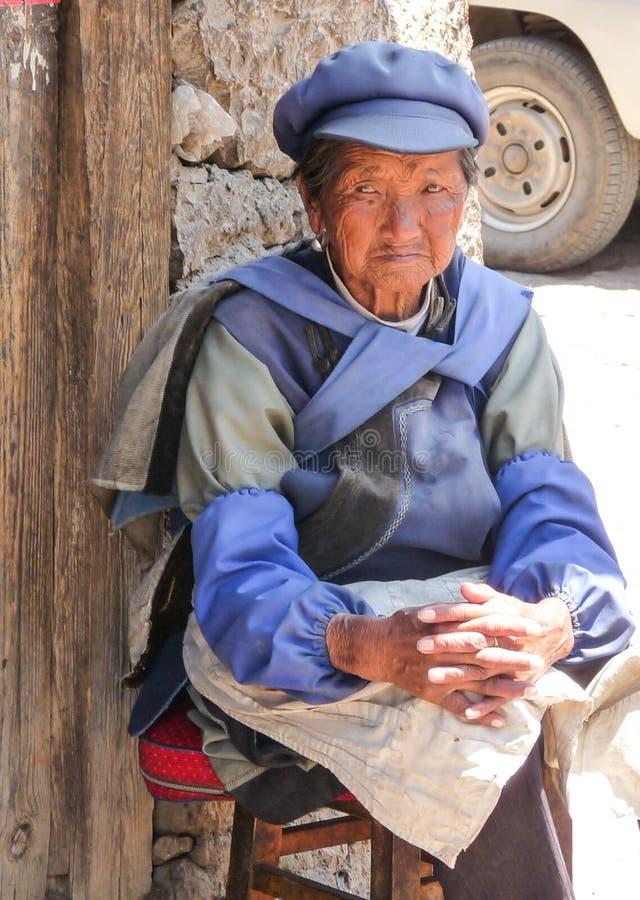 Lijiang, Chine - avril 2015 : Une femme mariée plus âgée de Chines image stock
