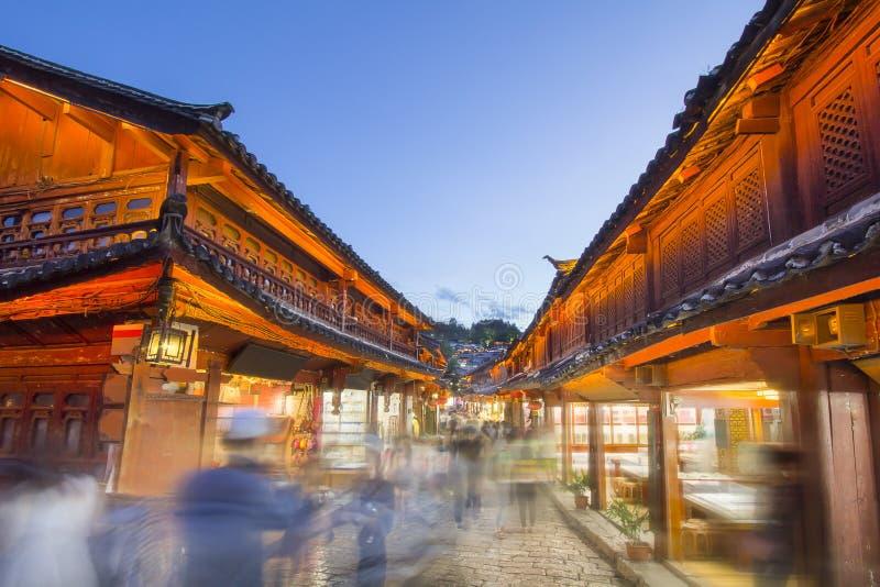 Lijiang gammal stad i afton med folkmassaturisten, Yunnan Kina arkivbild