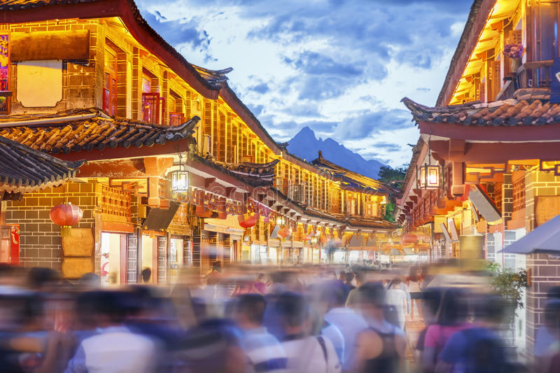 Lijiang gammal stad i aftonen med den fullsatta turisten royaltyfri fotografi