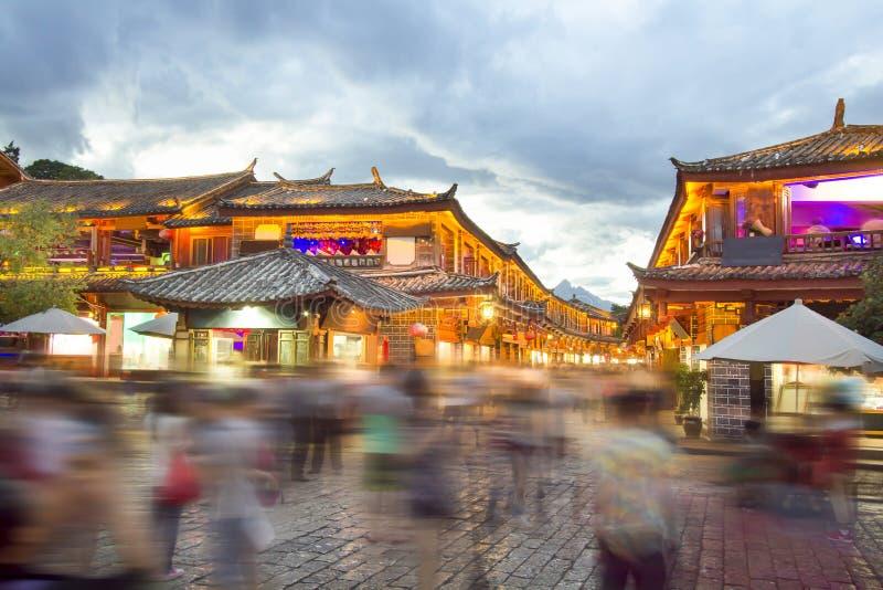Lijiang gammal stad i aftonen med folkmassaturisten arkivbild