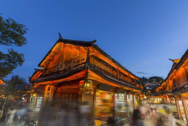 Lijiang gammal stad i aftonen med folkmassaturisten royaltyfria bilder