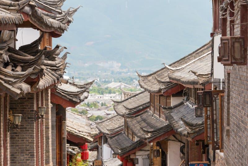 LIJIANG KINA - SEPTEMBER 5 2014: Tak på den gamla staden av Lijiang (UNESCO royaltyfri bild