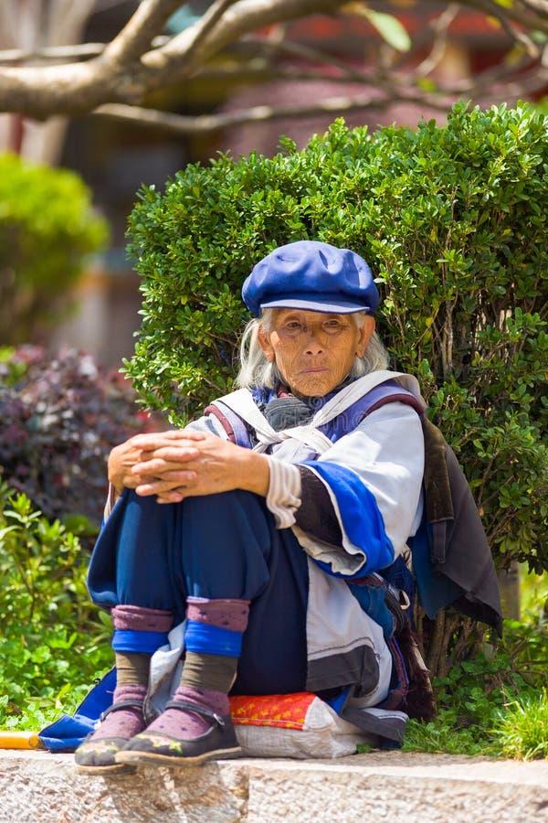 Lijiang Naxi kobiety Tradycyjny Ubierający obsiadanie zdjęcia royalty free