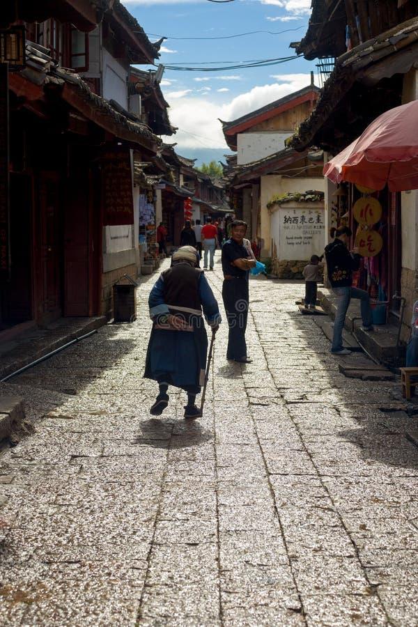 Lijiang Porcelanowego Starego miasteczka Naxi kobiety Dojrzała aleja obraz royalty free
