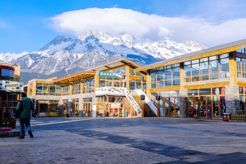 LIJIANG, PROVINCIA DE YUNNAN, CHINA - 10 DE MARZO DE 2016: Jade Dragon Snow Mountain detrás del edificio de servicio de los viaje fotos de archivo