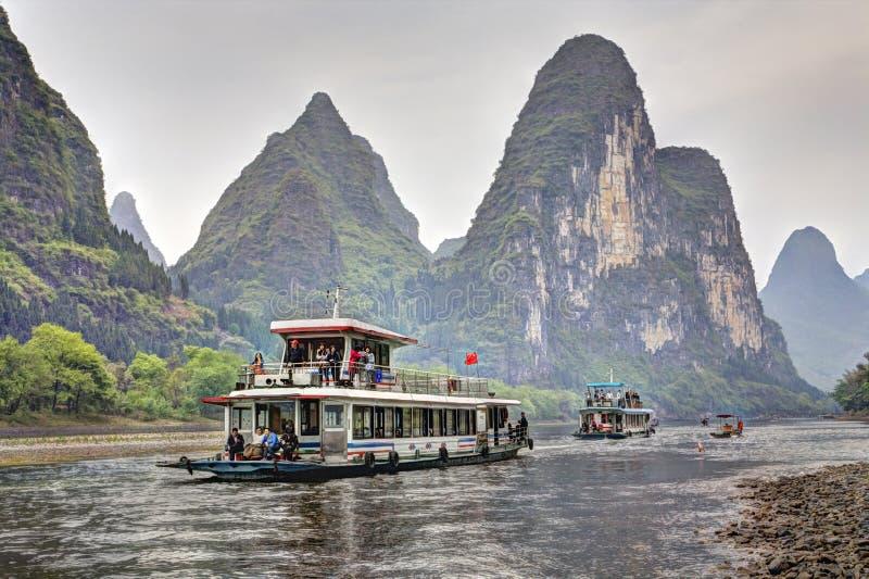Lijiang River kryssning från Guilin till Yangshuo, Guangxi som är sydlig fotografering för bildbyråer