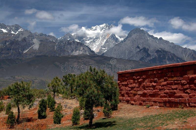 Download Lijiang Twp, China: Montanha Da Neve Do Dragão Do Jade Foto de Stock - Imagem de campos, seco: 26511370