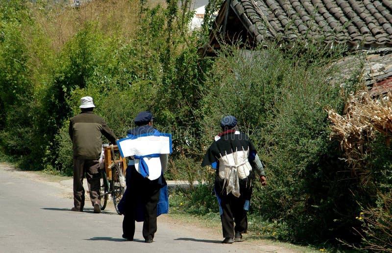 Download Lijiang Twp, China: Povos De Naxi Que Andam Na Estrada Foto Editorial - Imagem de dois, estrada: 26511501