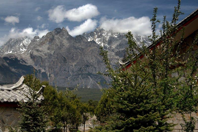 Lijiang Twp, Kina: Berg för JadedrakeSnow royaltyfri foto