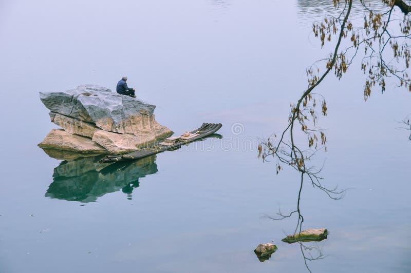 Download Lijiangrivier op de visser stock afbeelding. Afbeelding bestaande uit rivier - 39109749