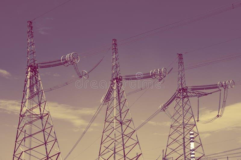 Lijn met hoog voltage van elektriciteitstransmissies, met retro effect stock foto