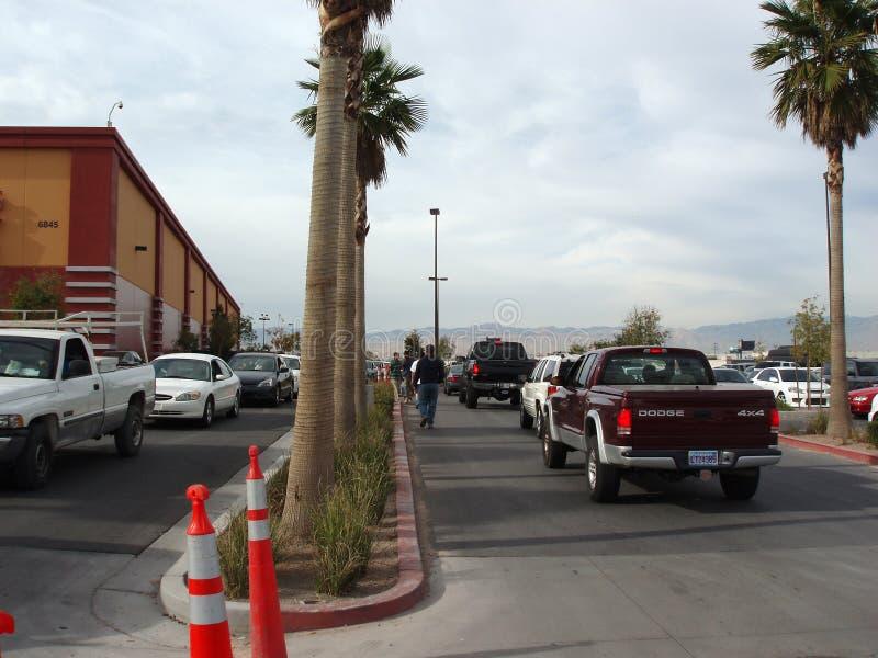 Lijn van Auto's om het parkeerterrein van het Gebraden gerecht op Black Friday in te gaan stock afbeelding
