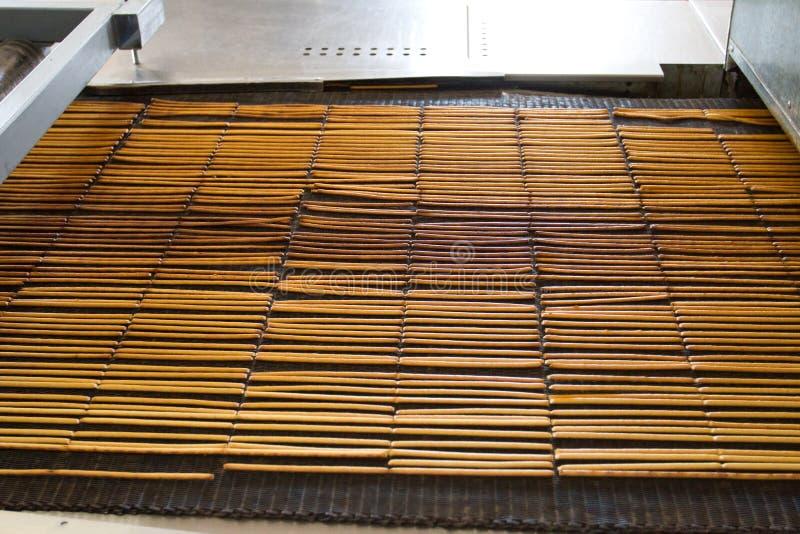 Lijn van bakselkoekjes De voedselindustrie Automatische transportband stock foto
