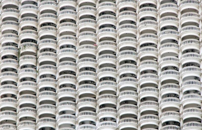 Lijn van cirkelbalkons op witte wolkenkrabber royalty-vrije stock afbeeldingen