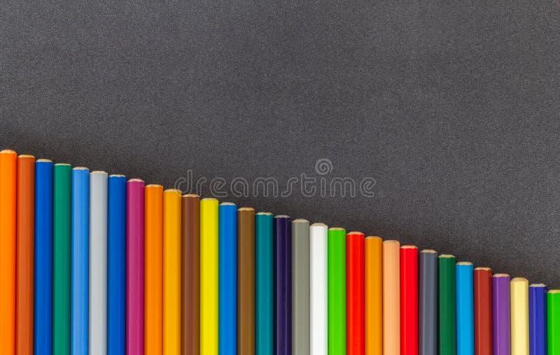 Lijn van van de kleurpotlodenbodem zij donkere hoogste mening als achtergrond royalty-vrije stock foto