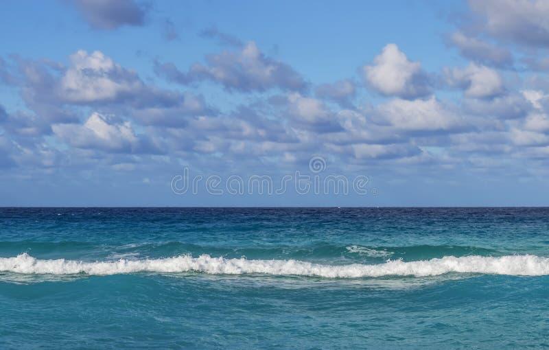 Lijn van de oceaan, kleine golven, horizon, eindeloze die afstand, tegen de hemel met wolken wordt behandeld royalty-vrije stock foto